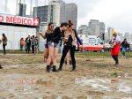 Depois da chuva, a lama era tanta que chegou a prender a atenção de algumas fãs que foram conferir o Lollapalooza